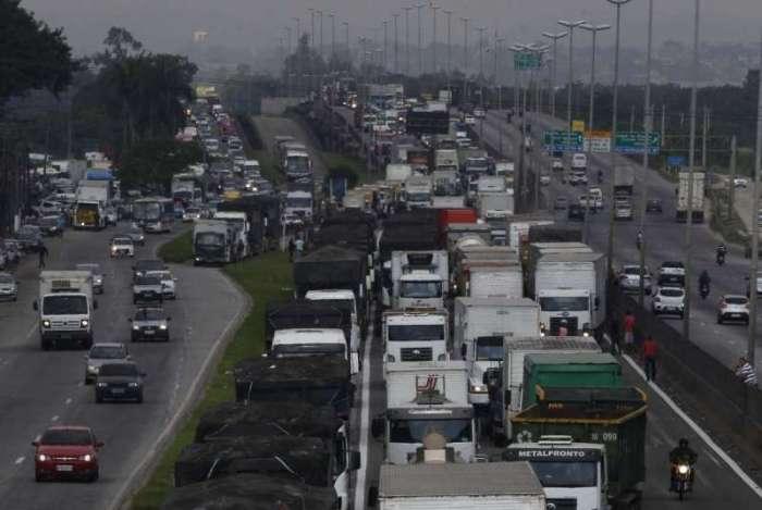 Caminhoneiros protestam contra eleva��o no pre�o do diesel na rodovia BR-040, em Duque de Caxias, no Rio. Foto   - Severino Silva / Ag�ncia O Dia