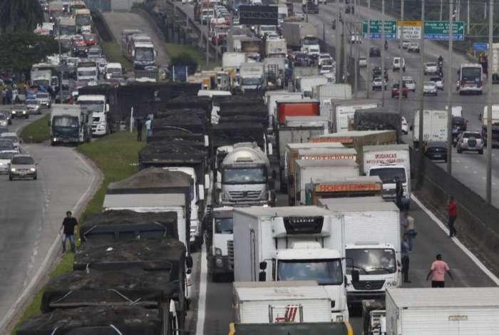 Caminhoneiros fecham as pistas da Rodovia Washington Luiz, em Caxias: categoria negou pedido de Temer para suspender a paralisa��o