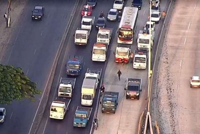Caminh�es fazem protesto na Avenida Brasil