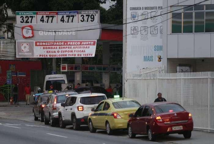 Na Tijuca, motoristas enfrentaram longas filas para abastecer em posto de combustível ontem à tarde