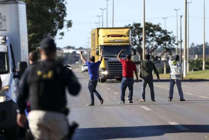 A Associação Brasileira de Caminhoneiros convocou paralisação geral nacional a partir desta segunda-feira