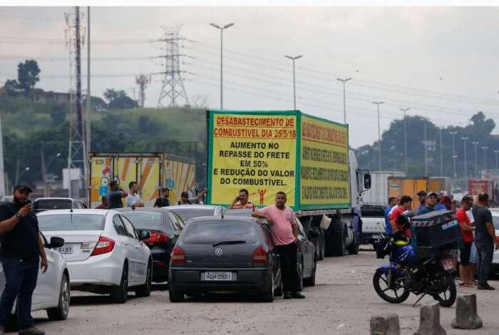 Caminhoneiros protestam contra eleva��o no pre�o do diesel na rodovia BR-040, em Duque de Caxias, no Rio