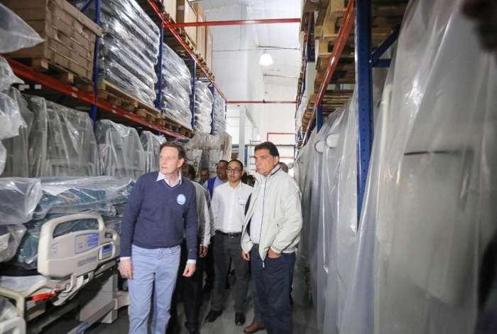 Prefeito Marcelo Crivella e o secret�rio municipal de Sa�de, Marco Antonio de Mattos, visitam o dep�sito da empresa fornecedora dos carrinhos de anestesia de fabrica��o chinesa