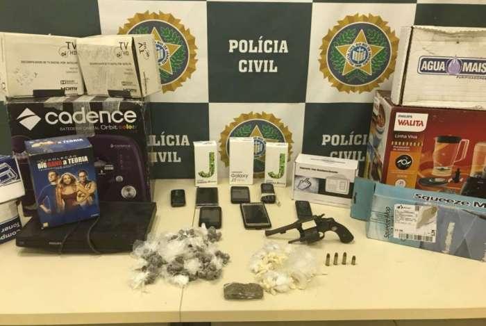 Com os presos, pol�cia achou arma e produtos comprados ap�s golpes