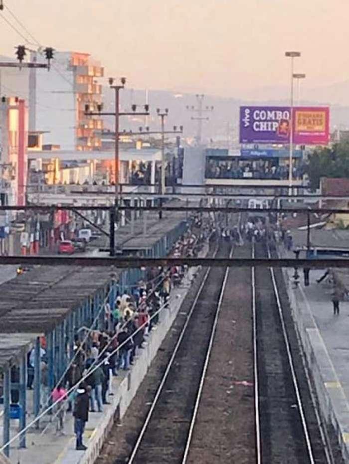 Passageiros são obrigados a andarem a pé por causa de trem quebrado