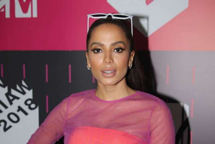 Anitta aparece com look muito malandra no Pink Carpet do MTV MIAW