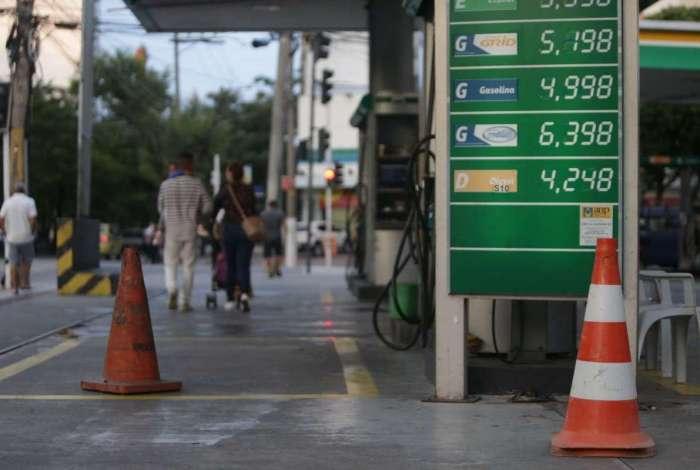 Paralisação que completa cinco dias nesta sexta-feira provocou desabastecimento de combustíveis. Na Rua Maxwell, no Andaraí, uma cena comum: cone sinaliza que o posto não possui combustível Foto: Daniel Castelo Branco