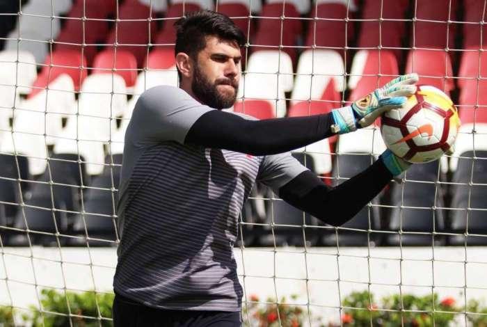 Fernando Miguel foi contratado ao Vitória para suprir o desfalque de Martín Silva