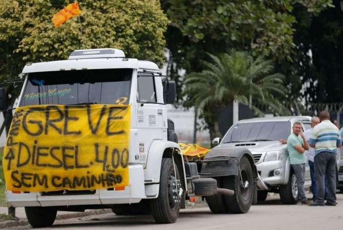 Caminhoneiros protestam contra eleva��o no pre�o do diesel na rodovia BR-040, em Duque de Caxias