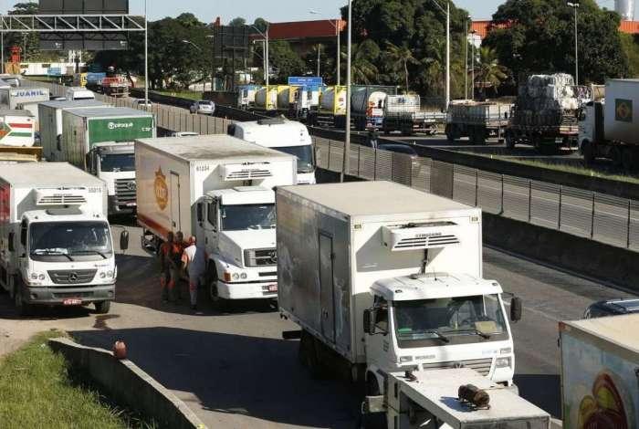 Paralisa��o de caminhoneiros na BR-101, na altura de Itabora�: greve pode prejudicar rodada do Brasileiro