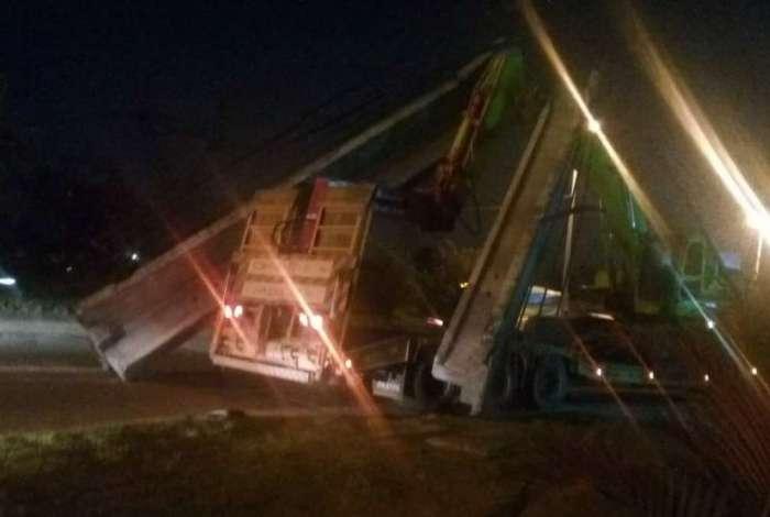 Caminhão derruba passarela na Av. Brasil