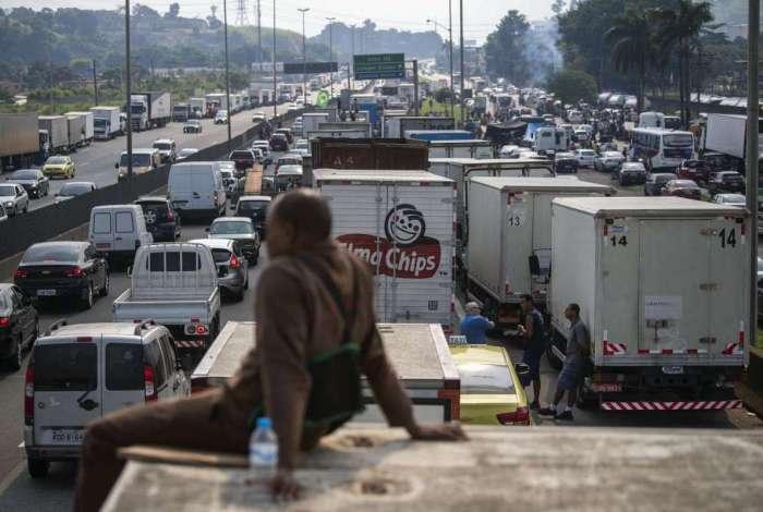 Na Rodovia Washington Luiz, em Caxias, caminh�es ocuparam a faixa lateral pr�ximo � Reduc, mas houve interdi��o total em alguns momentos