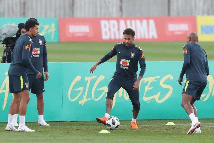 ddde220481 Seleção brasileira recebe visita de Parreira e faz último treino em ...