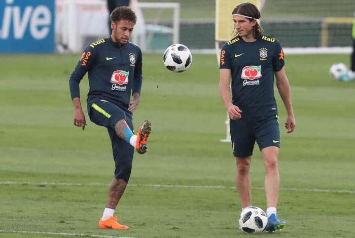Neymar (E) vai entrar no segundo tempo do amistoso do Brasil