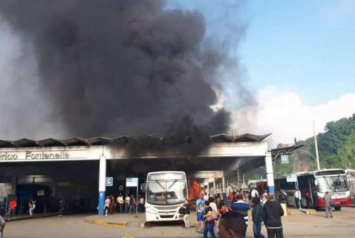 Incêndio atingiu ônibus no Terminal Américo Fontenelle