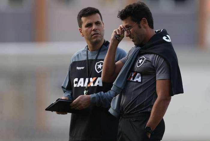 Alberto Valentim conversa com o auxiliar Felippe Capella (E) no treino