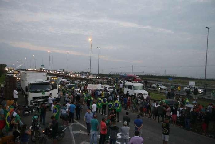 Insumos chegam por rodovias, que t�m pontos de greve, inclusive na Reduc