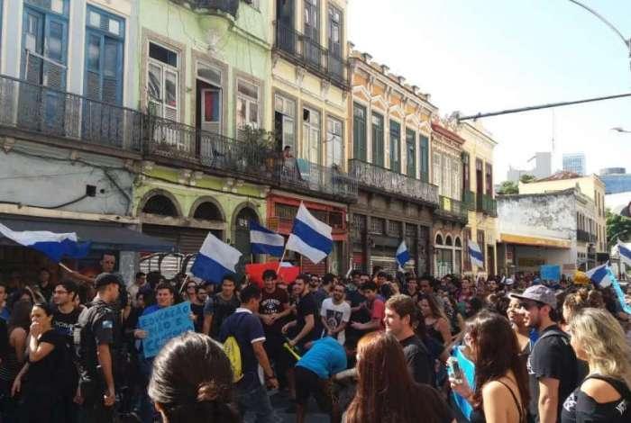 Alunos de medicina da Est�cio de S� fazem protesto na Lapa
