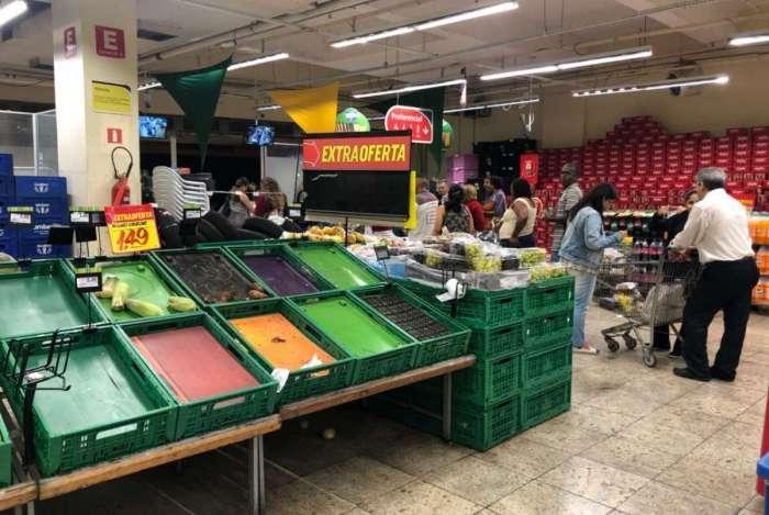 Produtos somem dos supermercados e cariocas compram mantimentos para estocar em casa