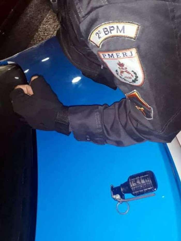 Policiais apreenderam uma granada com o bandido