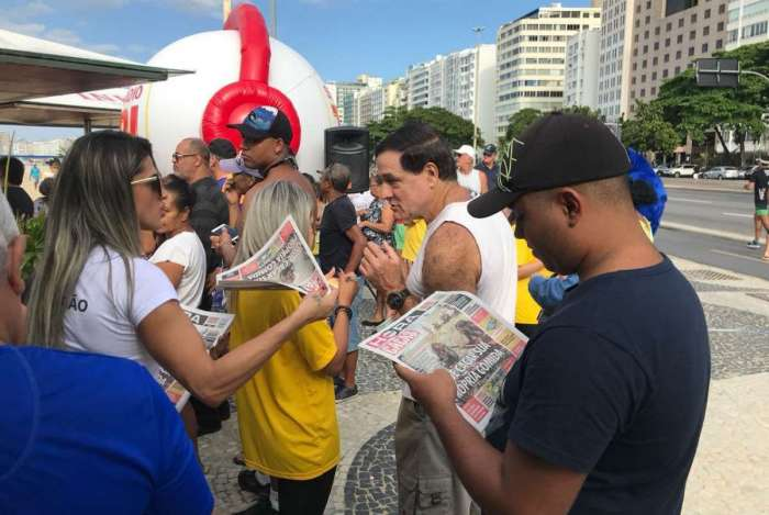 Durante o programa na praia, tamb�m foram distribu�dos jornais e diversos brindes para o p�blico