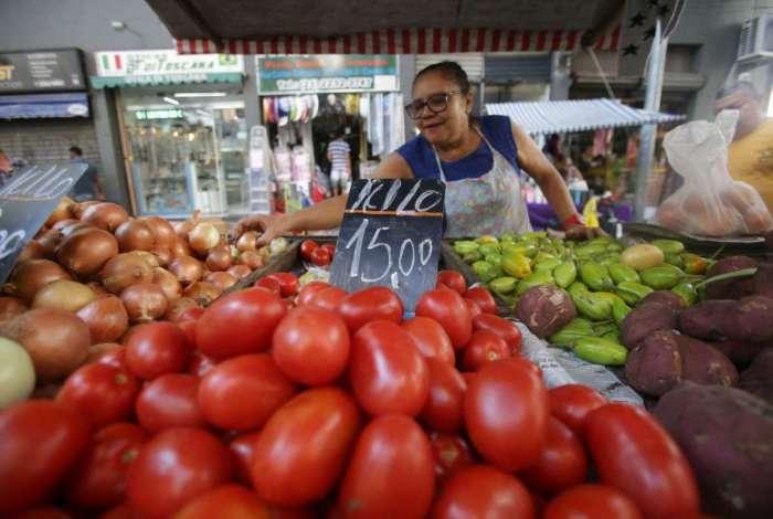 As famílias pagaram menos pelo tomate, que caiu 15,08% após a alta de 28,64% em abril, e pelo feijão carioca, que acentuou a queda de 9,09% no quarto mês do ano para declínio de 13,04%