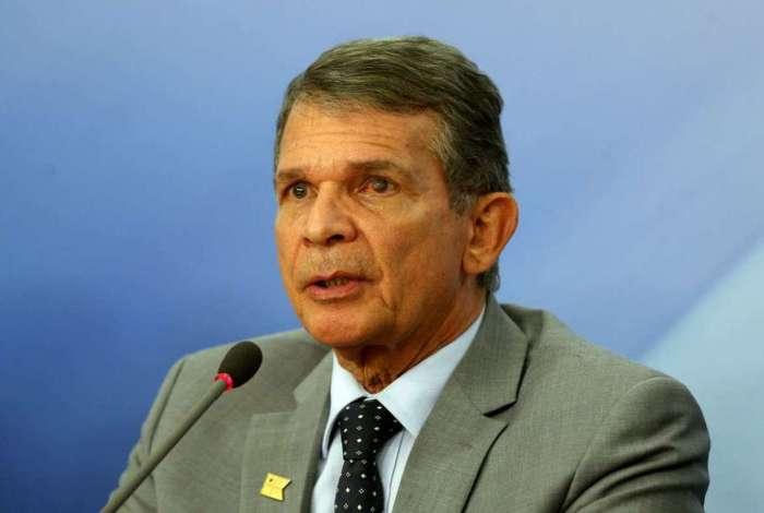O ministro da Defesa, Joaquim Silva e Luna, durante entrevista coletiva