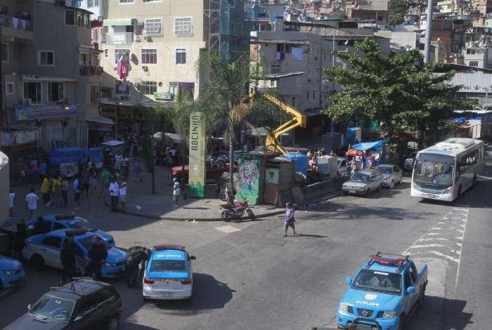 Movimentação policial na entrada da Rocinha, São Conrado