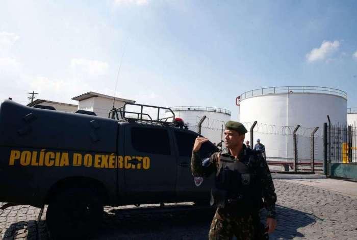 Um grupamento de militares da Pol�cia do Ex�rcito refor�a seguran�a no entorno da Refinaria Duque de Caxias