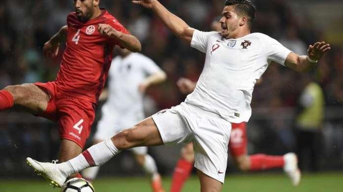 Yassine Meriah (Tunísia) disputa bola com Andre Silva (D) no empate em 2 a 2
