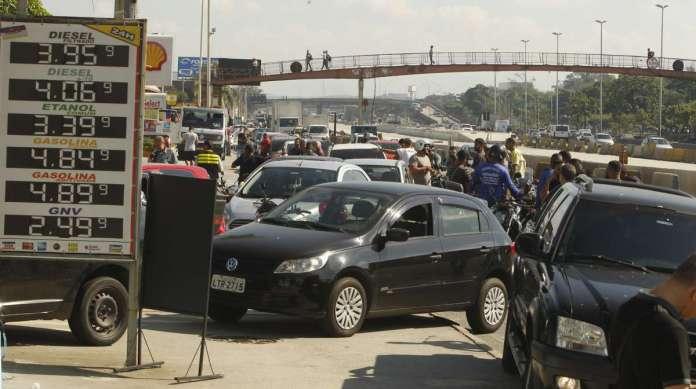 Fila gigantesca para abastecer em posto na Avenida Brasil, altura de Iraj�, causou congestionamento