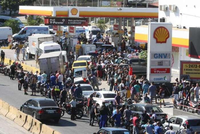 Posto na Avenida Brasil, na Penha, recebeu combustível nesta segunda-feira e uma enorme fila se formou