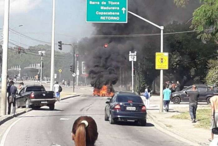 Manifestantes ateiam fogo em pneus em pista do BRT