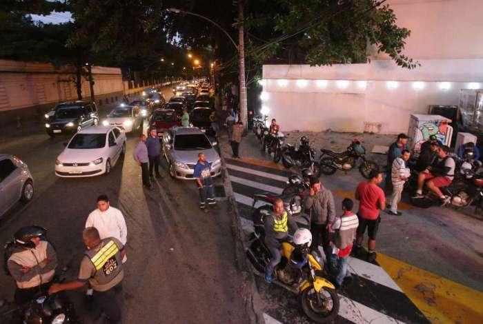 Mesmo sem ter combustível para a venda, posto na Zona Sul já tinha fila quilométrica na tarde e noite de ontem
