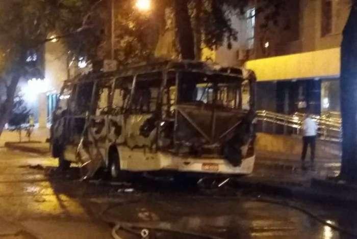 Chamas destruíram o veículo, na Rua Conde de Bonfim, Tijuca