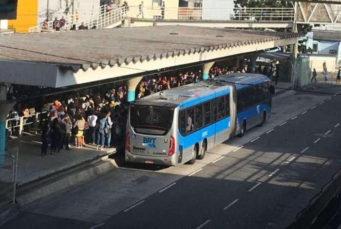 Com menos articulados nas ruas, estações do BRT estão ficando lotadas