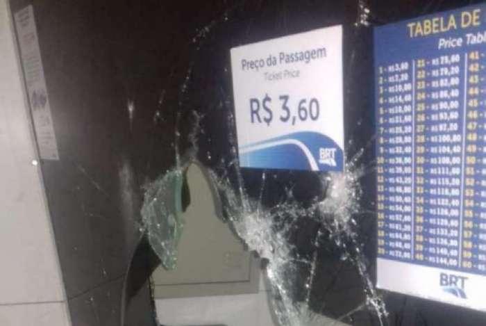 Estações do BRT são alvos constantes de vandalismo