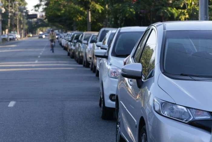 Motoristas formam uma fila quilométrica para abastecer em um posto de combustíveis na Estrada dos Três Rios na Freguesia. Foto: Daniel Castelo Branco / Agência O Dia