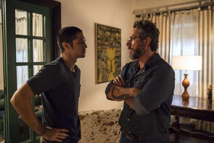 Hermano (Gabriel Leone) e Pedro (Alexandre Nero)