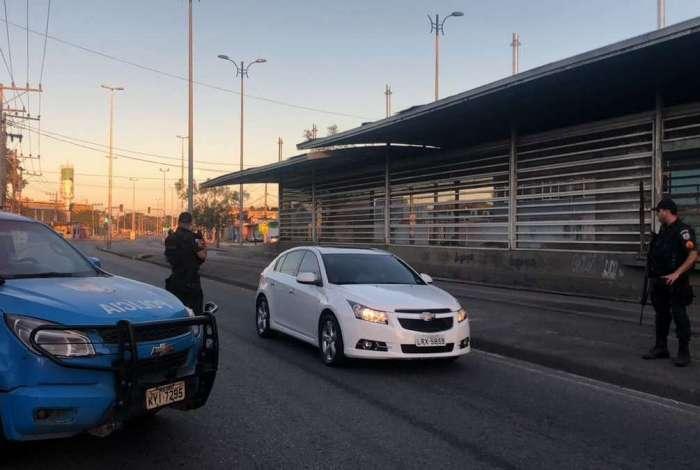 PM fez patrulhamento ao longo da Cesário de Melo, em Santa Cruz, mas estações seguem fechadas