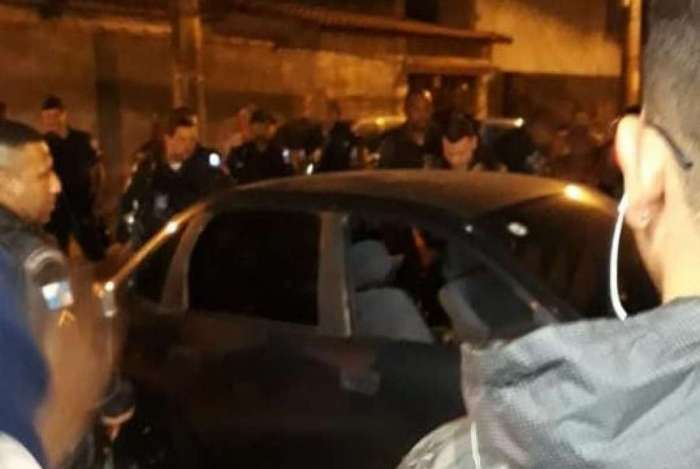 Suspeitos foram encontrados mortos em carro após perseguição
