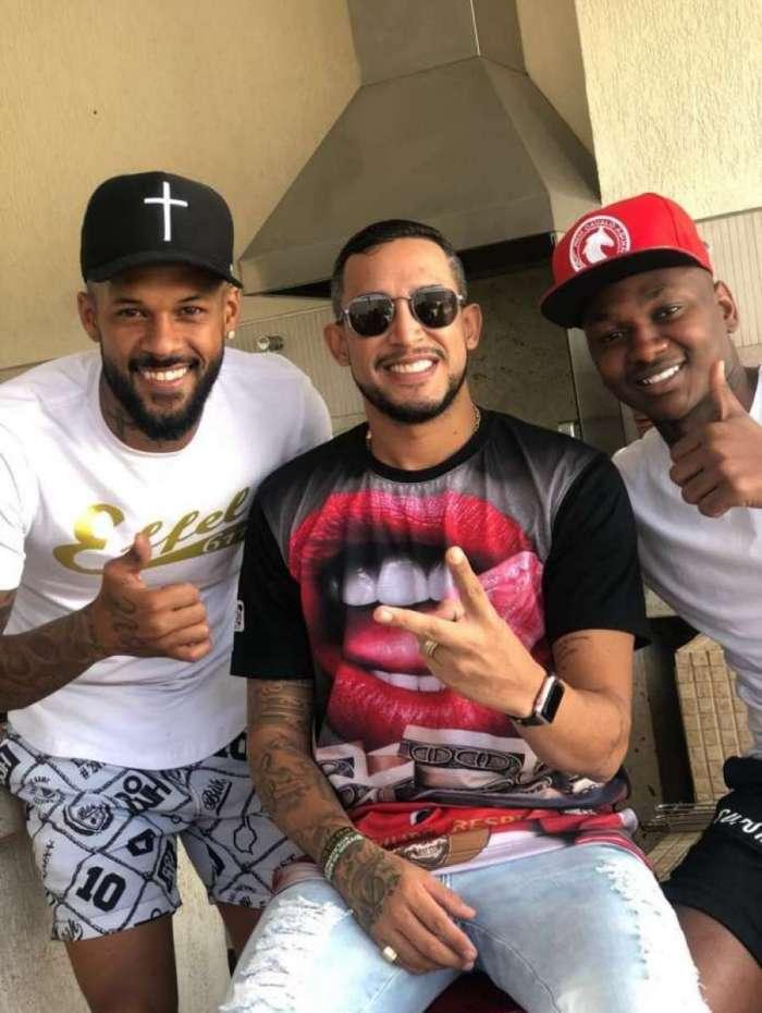 Mc Tikão posa com os jogadores do Cruzeiro Bruno Silva e Sassa