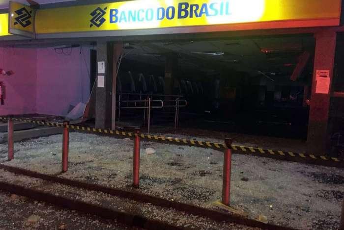 Fachada do banco ficou bem destruída