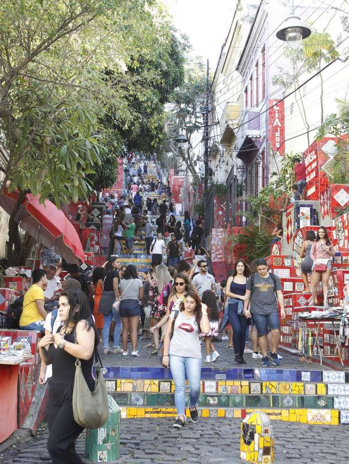 31/05/2018 -  Greve dos caminhoneiros causa impactos no Turismo do Rio de Janeiro. Na imagem, a escadaria Selaron, na Lapa, com menor movimento de turistas. Foto de Alexandre Brum / Agência O Dia - CIDADE TURISMO DESENVOLVIMENTO GANHO LUCRO TURISTAS ARRECADAÇÃO