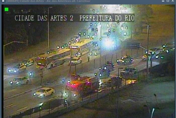 Carro incendiado fecha duas vias na Ayrton Senna; não há informações de vítimas