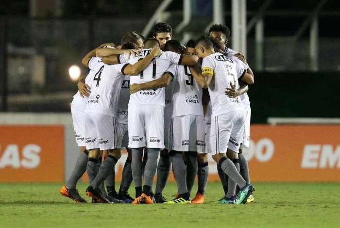 Jogadores do Botafogo comemoram o primeiro gol contra o Vasco