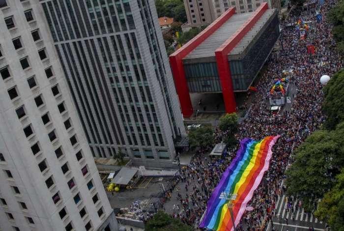 Milhares de pessoas foram ontem � Avenida Paulista para participar da 22� Parada do Orgulho Gay, uma das maiores do mundo