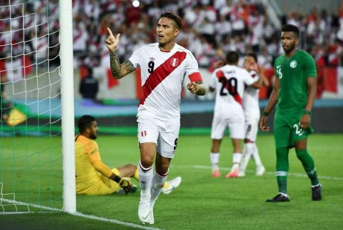Paolo Guerrero comemora o gol marcado contra a Arábia