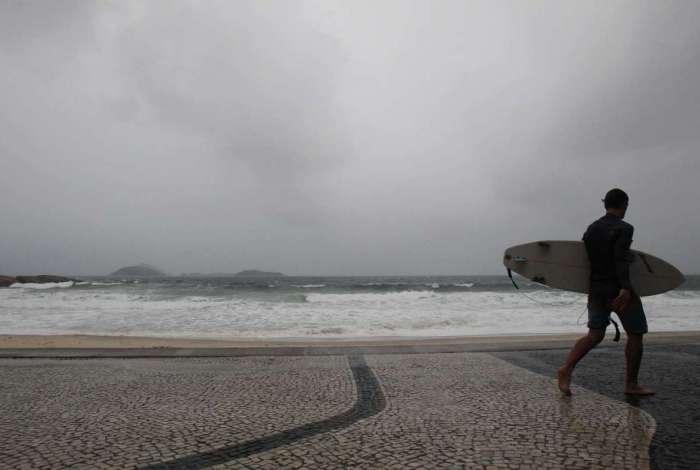Com a chegada da chuva, frio e ondas grandes, somente surfistas apareceram nas praias cariocas ontem