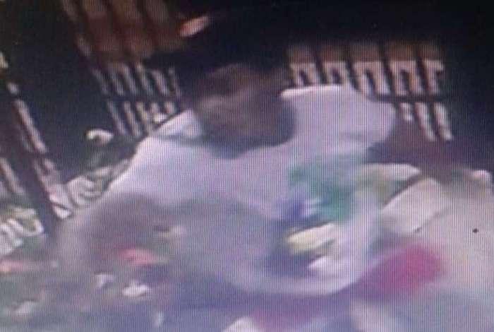 Câmera de segurança registra imagem de um dos suspeitos que invadiram prédio e atiraram contra vítima